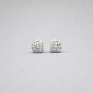 Kolczyki ze srebrnych koralików na wkrętce akrylowej