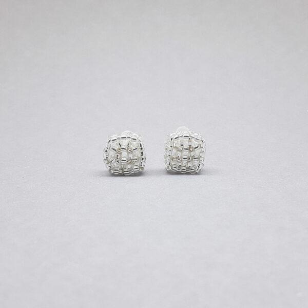 Kolczyki Niekształtki ze srebrnych koralików na wkrętce akrylowej