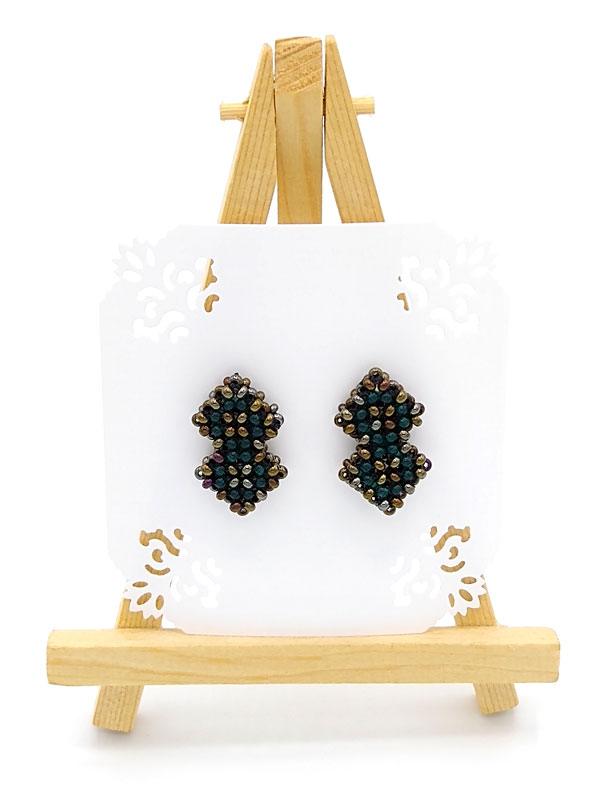 Kolczyki w kształcie dwóch nałożonych na siebie kwadratów wyplecionych z koralików zawieszonych na mini sztaludze