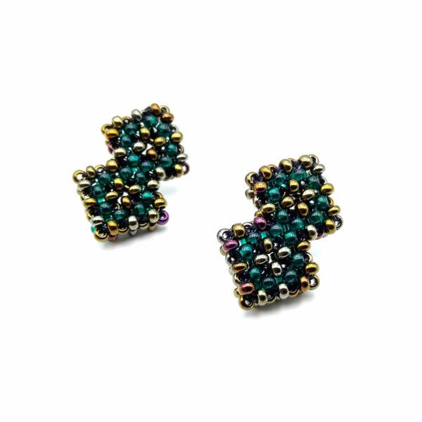 Kolczyki w kształcie dwóch nałożonych na siebie kwadratów wyplecionych z koralików koloru starego złota i morskiej zieleni
