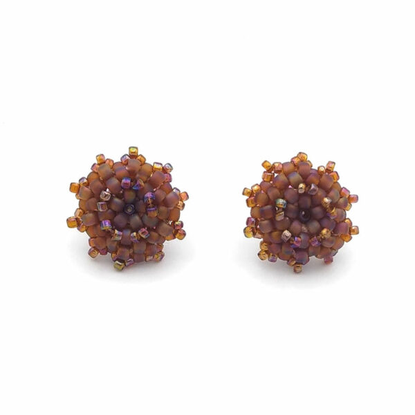 Widok z przodu brązowych kolczyków z koralików szklanych