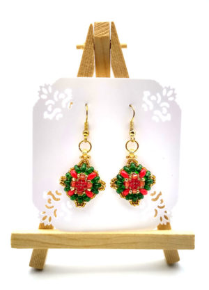 Wiszące na mini sztaludze kolczyki z koralików w kolorach zieleni i czerwieni