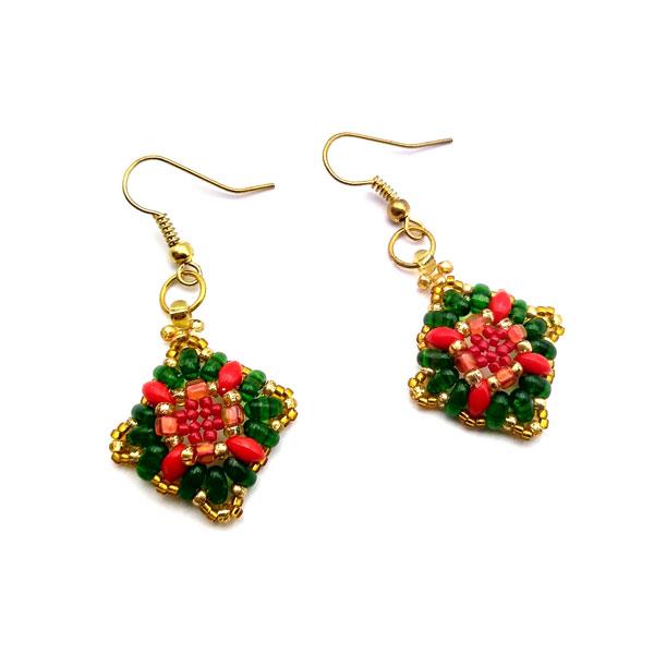 Leżące kolczyki z koralików w kolorach zieleni i czerwieni