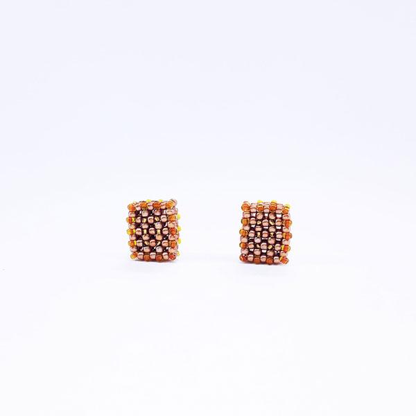 Kolczyki w kształcie bloczków wykonane z koralików w kolorze złotym, miodowym