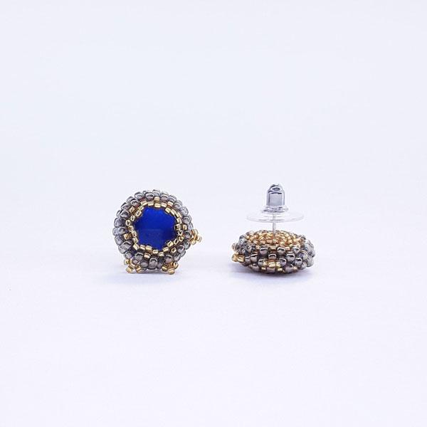 Kolczyki w kolorze starego złota z niebieskim wnętrzem, zdjęcie z barankiem stalowo silikonowym