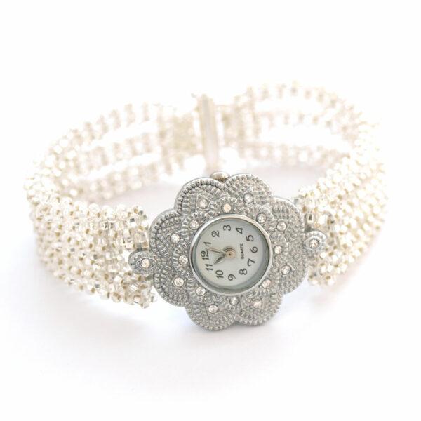 Bransoletka z koralików transparentnych ze srebrnym rdzeniem na jasnym tle