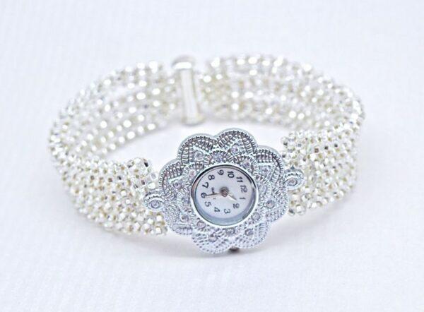 Leżąca bransoletka ze srebrnych szklanych koralików z zegarkiem