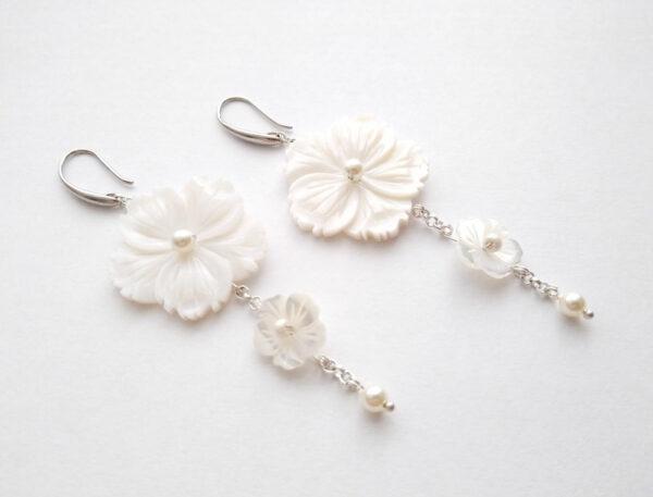 Kolczyki na srebrnych łańcuszkach i biglach z małymi perełkami