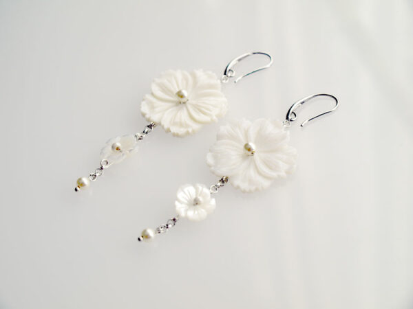 Kolczyki wiszące kwiaty wyrzeźbione z masy perłowej
