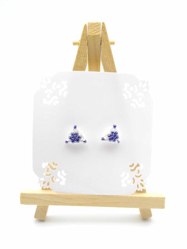 Kolczyki trójkąty białe niebieskie na sztaludze