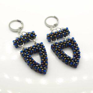 Kolczyki z koralików niebieskich i brązowych ze stalowymi kajdankami