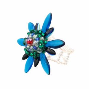 Pierścień z grotów niebieskich i zielonych koralików widok z boku