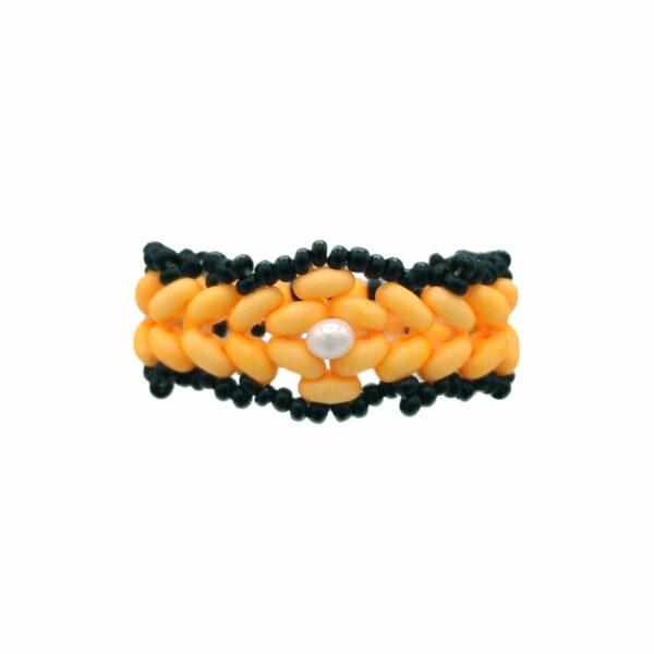 Obrączka z koralików w kolorach czerni i neonowego pomarańczu z białą perełką jako oczko